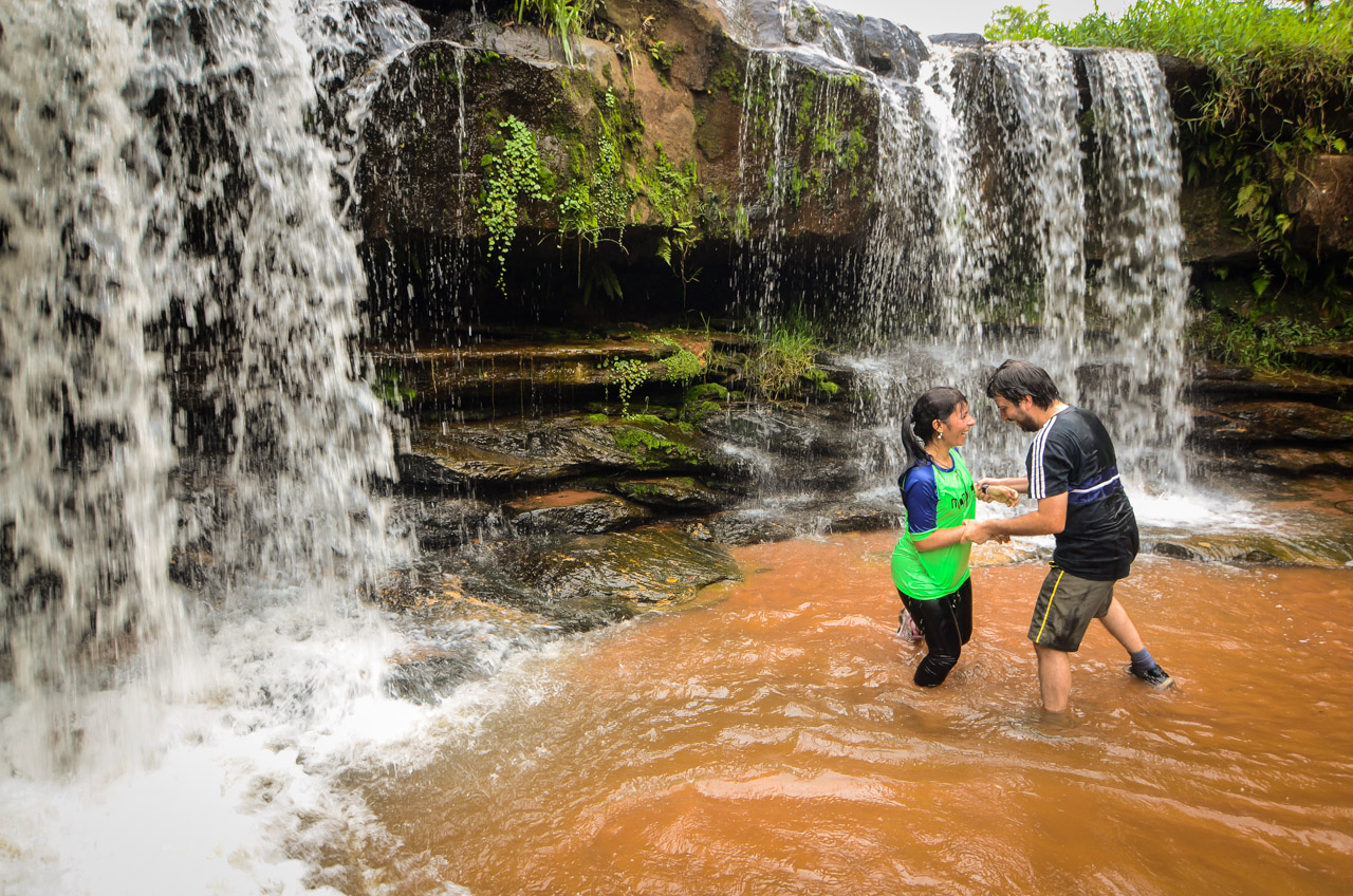 Una pareja se divierte con las aguas del arroyo Yhaguy de Piribebuy del departamento de Cordillera. (Elton Núñez)