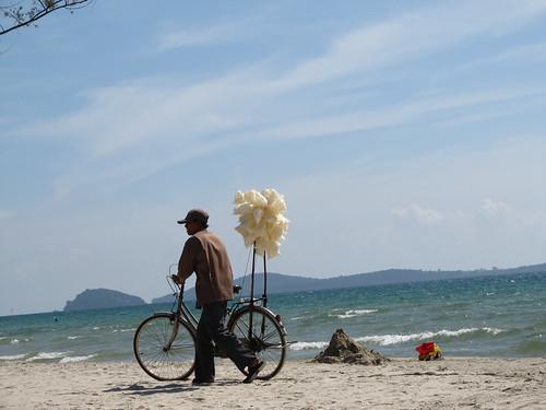 Sihanoukville: vendeurs de chips  aux crevettes à Otres Beach