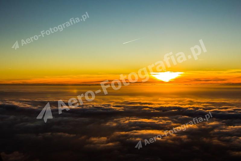 Zachód słońca nad chmurami
