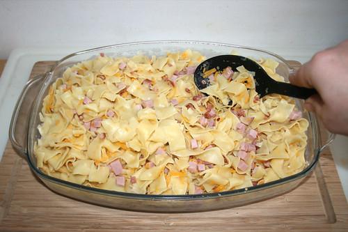 27 - Nudel-Mischung in Auflaufform geben / Put noodle mix in casserole