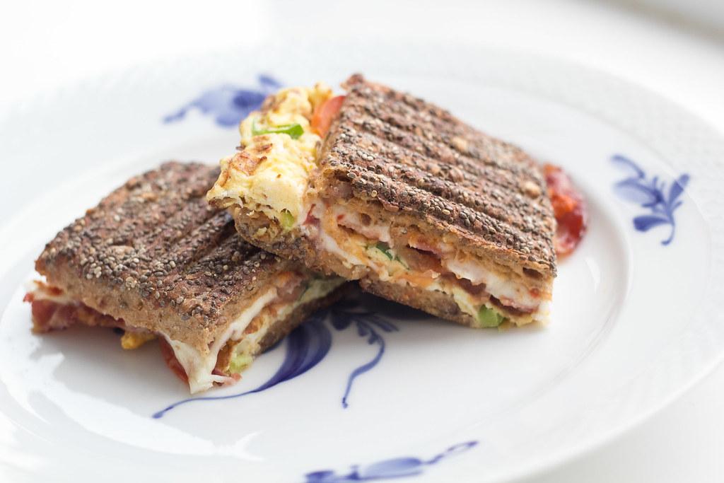 Opskrift på Breakfast Panini - Panini med æg og bacon