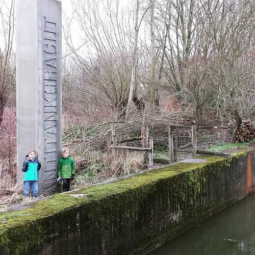 Een leuke wandeling met de kinders gedaan. 5 km in een speciale setting met water, plassen, bruggetjes en modder aan de AntiTankGracht in Haacht ... Leve geocacheroutes!!! #geocaching #haacht #antitankgracht