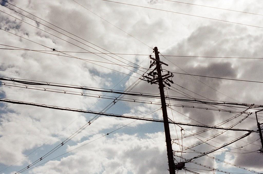 白川通 Kyoto / Kodak ColorPlus / Nikon FM2 2015/09/27 離開銀閣寺之後,我就還是一路沿著白川通往北走,經過京都造形芸術大学,最後在一乗寺塚本町的住宅區裡面隨意拍照,那時候沒有意識到再往北走一點就是一乗寺。  住宅區這裡很安靜,很安靜。我一點點的記得那時候我好像在想著,那個時候的妳,在台灣,正在做什麼呢?  Nikon FM2 Nikon AI Nikkor 50mm f/1.4S Kodak ColorPlus ISO200 0986-0025 Photo by Toomore