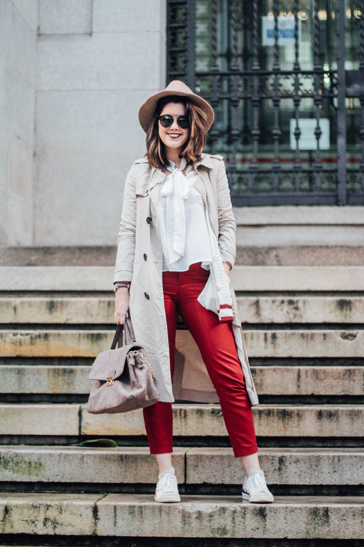 look con pantalones rojos y trench myblueberrynightsblog