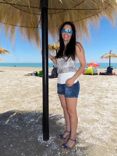 Image of  Playa Arauco. portrait woman beautiful face sunglasses mujer pretty sandra retrato linda bonita heels gafas shorts tacones brunette hermosa rostro morena