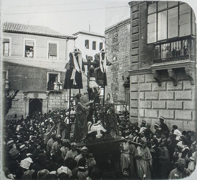 Paso del Descendimiento en una Procesión de Semana Santa hacia 1910, Plaza de San Vicente. Fotografía de Francisco Rodríguez Avial  © Herederos de Francisco Rodríguez Avial