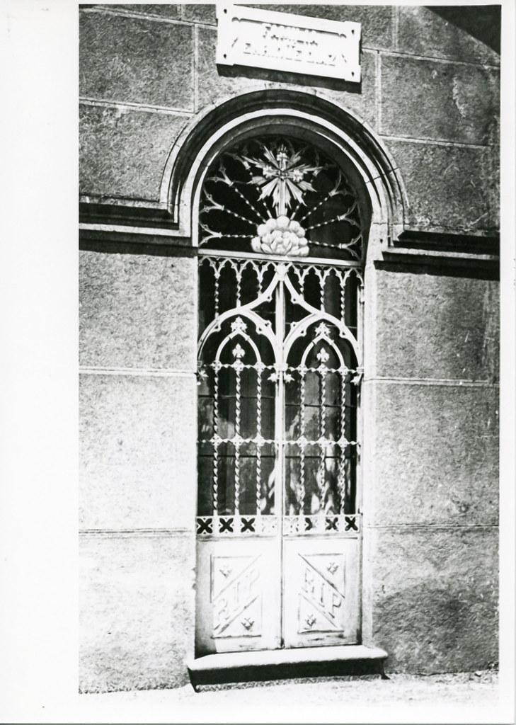 José Tejados (Labor de forja). Puerta de un panteón del cementerio. Vico, Santiago 2