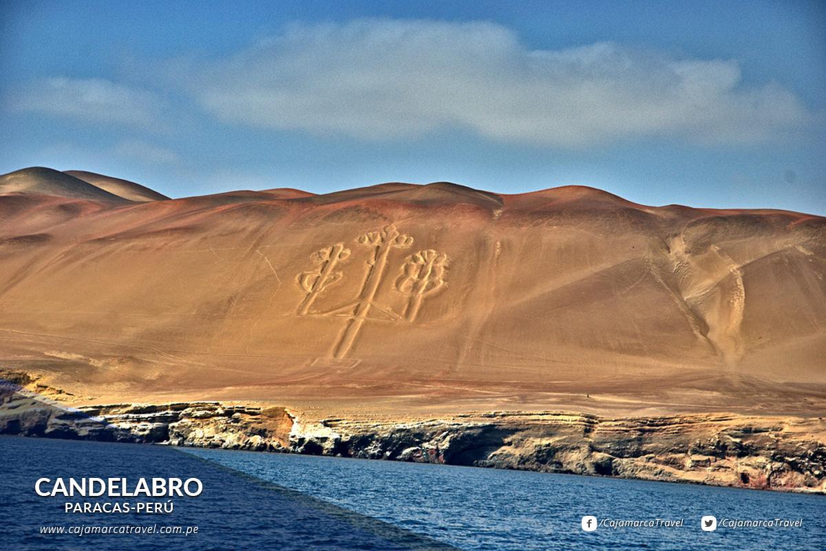 Se halla grabado en la arena un geoglifo llamado Candelabro o Tres Cruces.