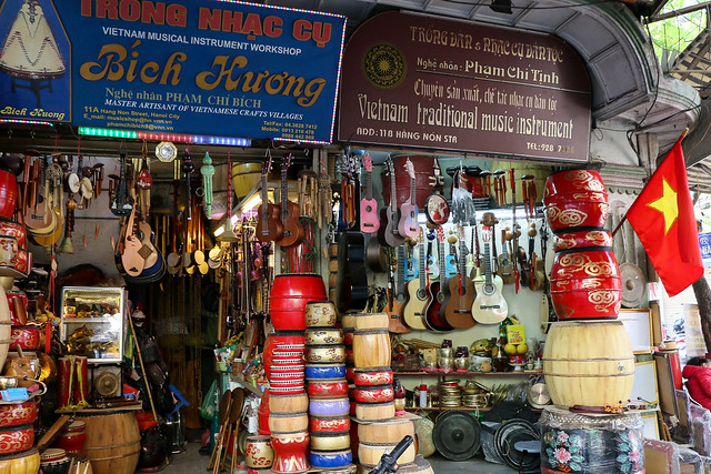 Musical isntruments shop in Hanoi old city, Vietnam ハノイ旧市街の楽器屋さん