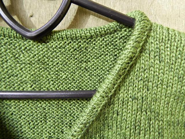Простая зелёная безрукавка с вырезом галочкой | Хорошо.Громко.