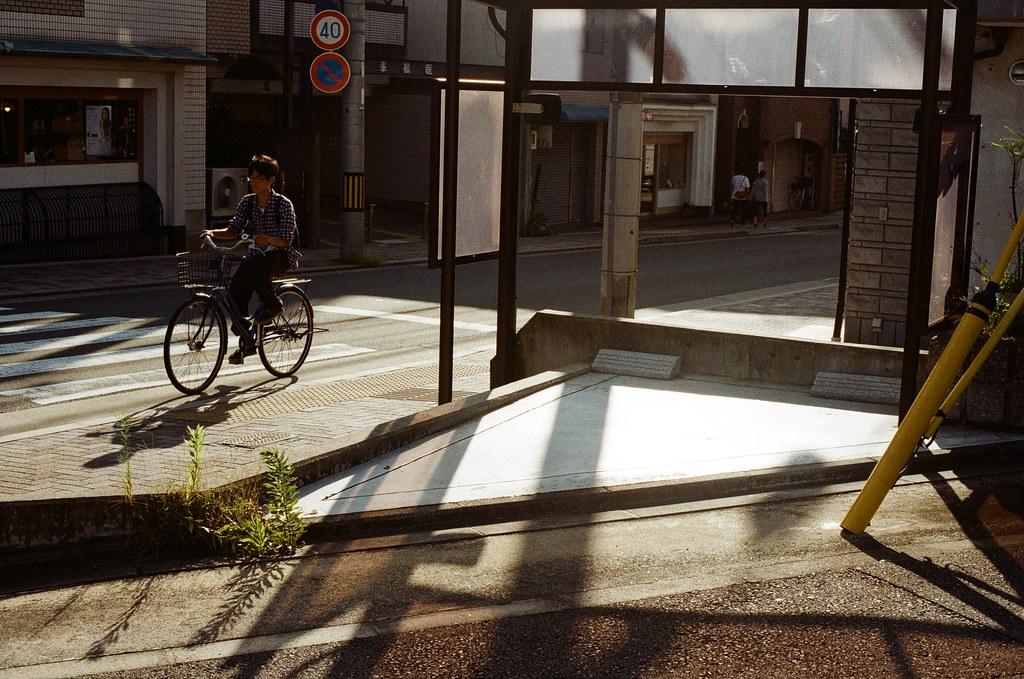 白川通 Kyoto / Kodak ColorPlus / Nikon FM2 2015/09/27 在白川通停留很久,我記得那時候坐在路邊換底片,但是周圍的安靜讓我繼續坐著休息,沒有急著離開。  沿著河堤走,因為高度的關係,可以用一種凌空的角度偷偷觀察這個時段人們的生活。  老實說,京都真的是一個可以待很久的地方,即使現在回憶起來,還可以感受到當時的安靜與溫暖的陽光。  雖然在河堤上走著走著會有一點點小孤單。  Nikon FM2 Nikon AI Nikkor 50mm f/1.4S Kodak ColorPlus ISO200 0987-0010 Photo by Toomore