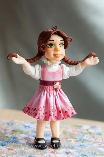 Фигурка девочки из мастики