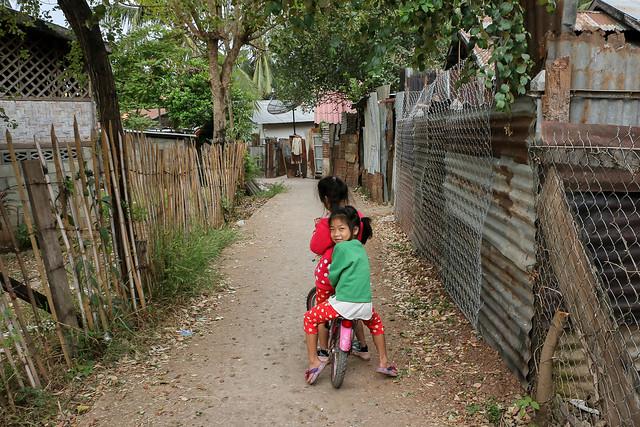 Children in an alley, Luang Prabang, Laos ルアンパバーン、路地で遊ぶ子どもたち