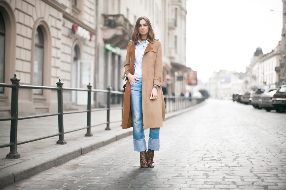 70s-inspired-outfit-suede-coat-jacket-flared-jeans