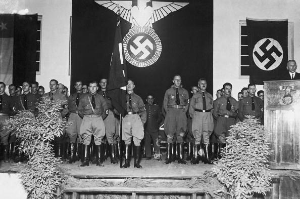 la NSDAP chilena, atras el miltar en un oficial del ejercito  chileno