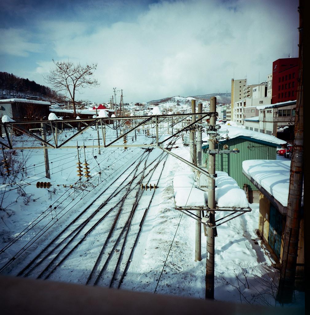 小樽 Otaru 北海道 / Kodak Pro Ektar / Lomo LC-A 120 2016/02/02 一走出小樽車站後我沒有像其他的觀光客一樣往運河的方向前進,反而是左轉經過一個魚市場後往後往山的方向上去,一方面我想看看這裡下雪與住宅區的景色,另一方面總覺得這裡好像有什麼東西等著我去發現。  Lomo LC-A 120 Kodak Pro Ektar 100 120 8279-0011 Photo by Toomore