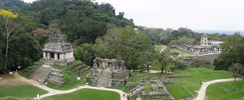 Palenque: vue depuis le Templo de la Cruz sur le Templo del Sol (gauche) et le Palacio (droite)