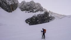 Podejście na przełęcz Passo do Sasso Rosso 3504m. Przewodnik Giuseppe z klientem z Japonii.