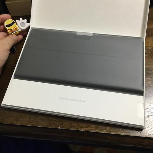 包むビニールはiPad Proと同じくマットな質感のモノ