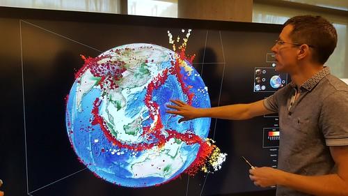 แสดงข้อมูลการเกิดแผ่นดินไหวบนลูกโลกจำลอง สามมิติ