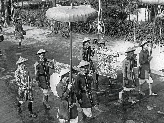 1939 Sur l'esplanade du Nam Giao, Porteurs de tambours Cṍ, de gong Chinh, d'étendards