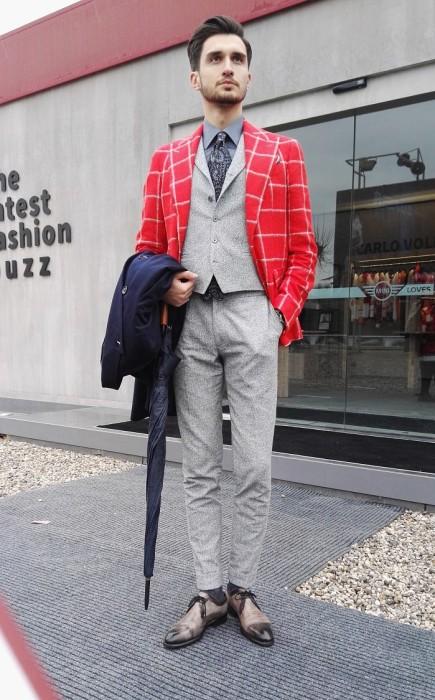 赤ウィンドペンテーラードジャケット×ジレ×シャツタイドアップ×ライトグレースラックス×ドレスシューズ