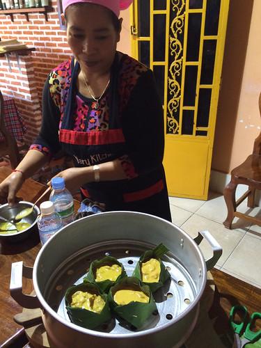 Battambang: les fish mok (poisson cuite dans une feuille de bananier)