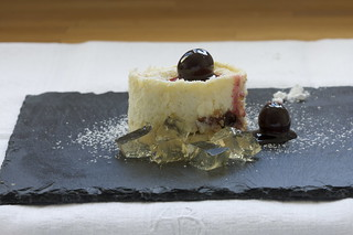 Amarena cheesecakes with lemon-wine jelly
