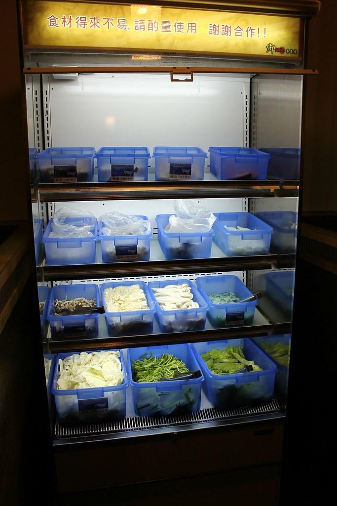 火鍋食材種類不多,就豆腐、米寫、貢丸等,菜類則有高麗菜、金針菇等....