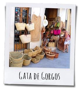 Het is heel leuk om in Gata de Gorgos de winkeltjes binnen te gaan waar ze allerhande handelswaar van palm, espartogras en rotan verkopen