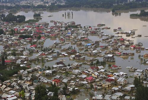 बाढ़ के कारण जलमग्न शहर