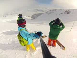 Два бордиста и лыжник смотрят на пухляк
