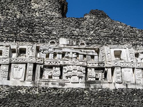 Xunantunich: la face est du Castillo avec le Dieu de la Lune (langue) et Chaak, le Dieu de la pluie (visage)