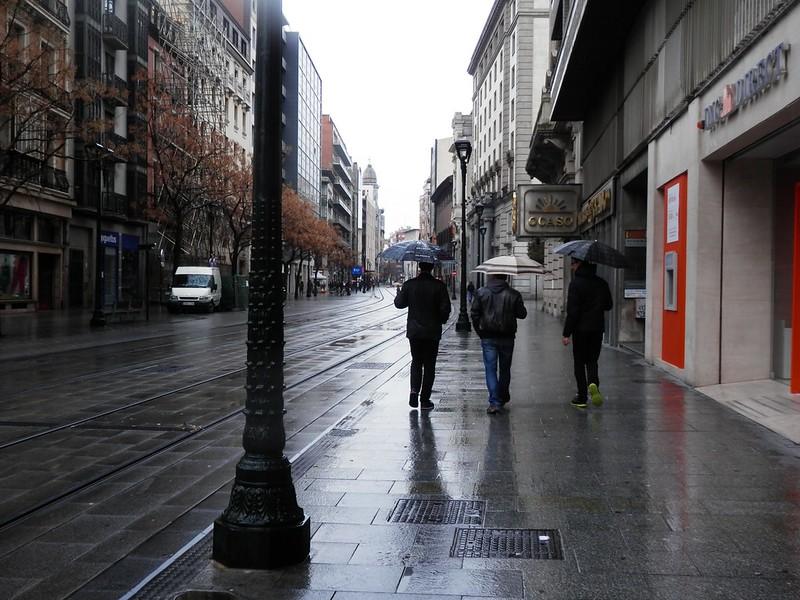 Chavales con tres paraguas
