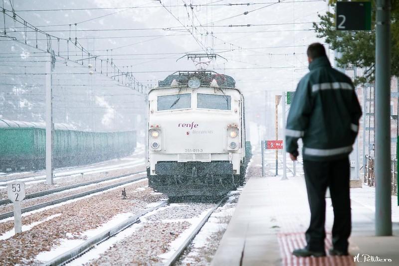 El tren hace su entrada en el andén 2