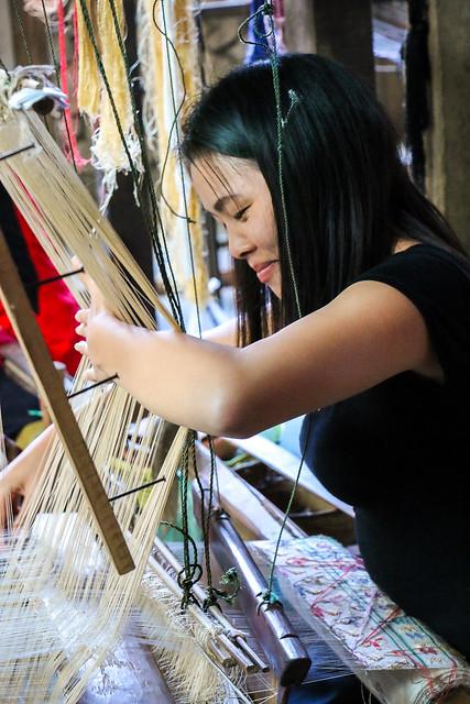 A woman weaving, Ban Xang Khong village near Luang Prabang, laos ルアンパバーン近くのバーンサーンコーン村、機織りをする女性