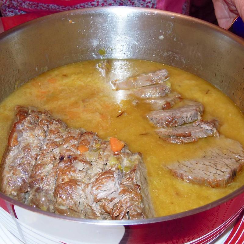 El rabillo de cadera de mi suegra cocinado en la clásica salsa española, fue mantequilla pura. El rabillo de cadera es ideal para guisar, plancha o asar, es un corte muy tierno de un tamaño alrededor a un kilo y poco. Son piezas que se encargan con algo d