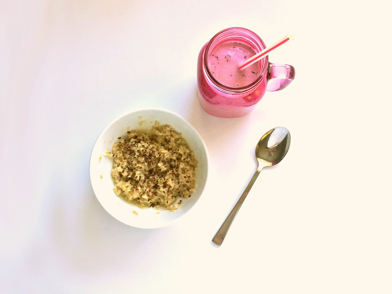 Healthy, nutritional breakfast recipe | Porridge with linseeds and strawberry protein smoothie