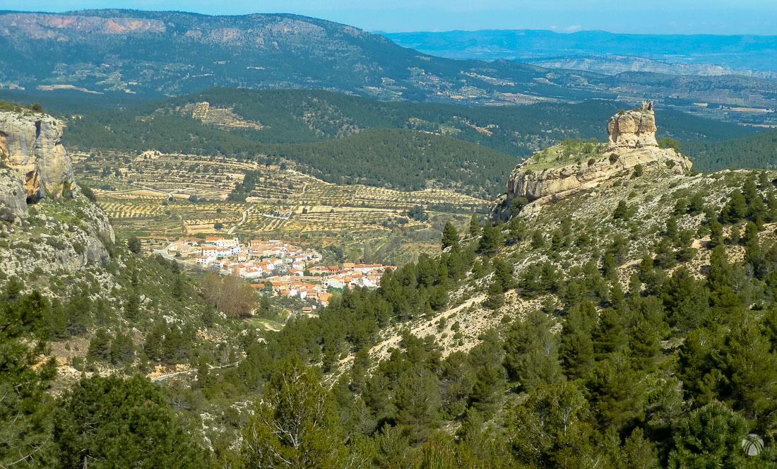 El Castillo y el caserío de Benízar en el valle