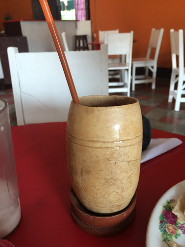 """Grenada: une """"tiste"""" (boisson à base de maïs rôti et cacao)"""