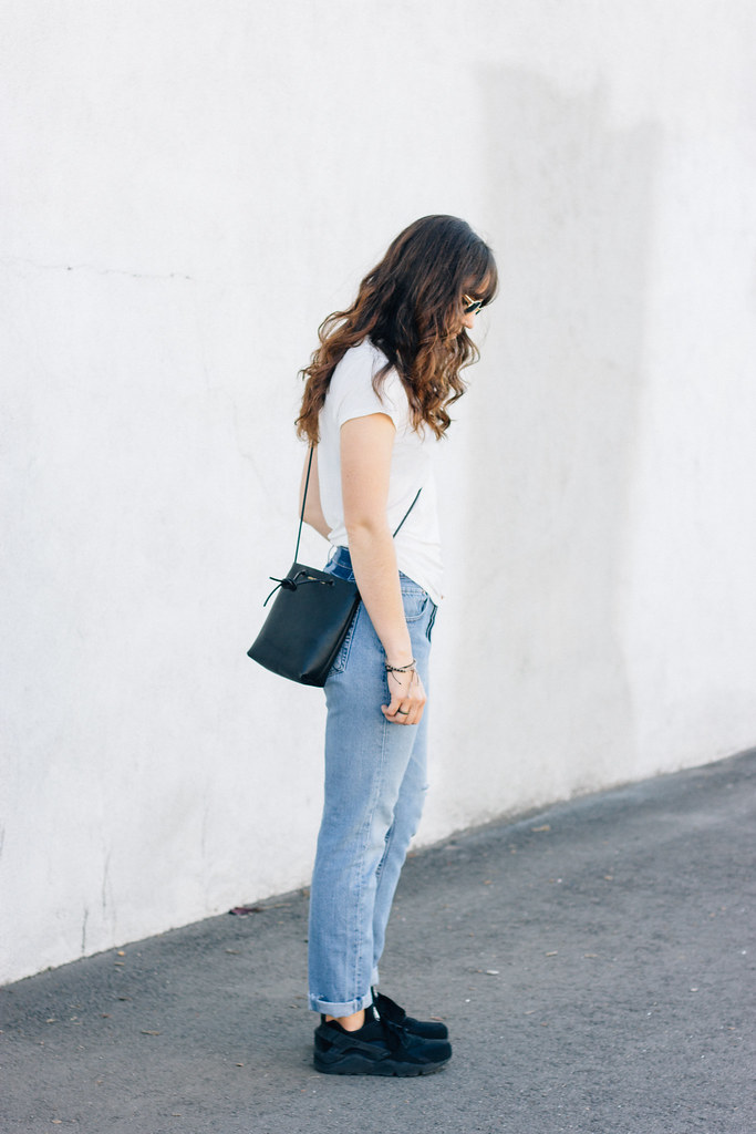 simple jeans and tee outfit