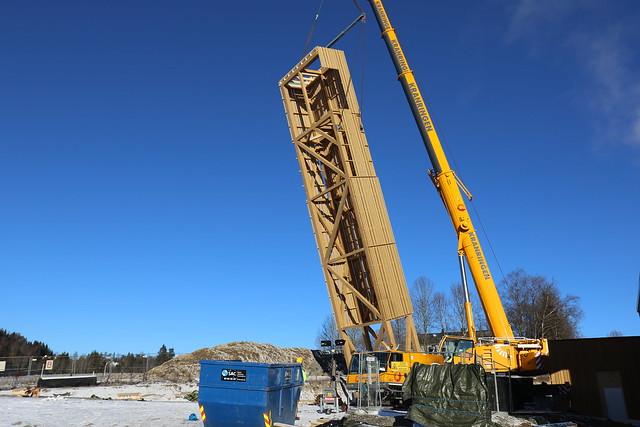 Mandag 15. februar 2016 var det tid å heve kirketårnet og heise det på plass ved nye Rotnes kirke. Foto: Nittedal kommune // Geir Smith-Solevåg - Klikk for stort bilde