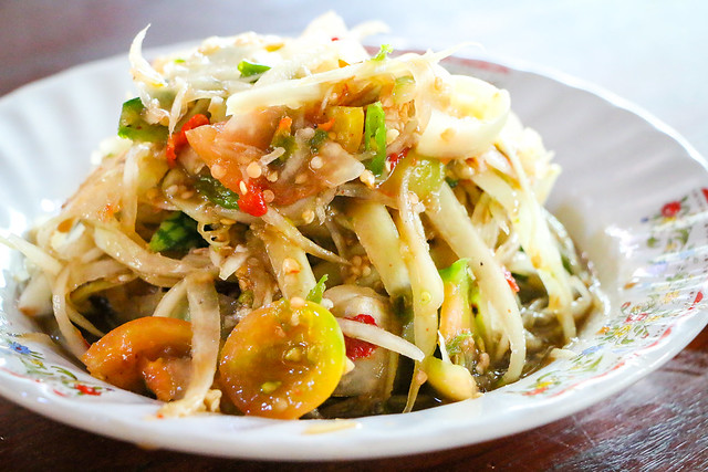 Very very spicy green papaya salad (som tam Lao) in Laos ラオスのめっちゃ辛い青パパイヤサラダ