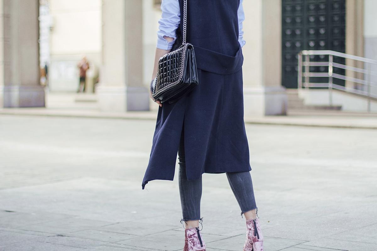 botines de terciopelo rosa asis con chaleco azul marino streetstyle