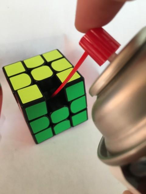 ルービックキューブにシリコンスプレーをさす