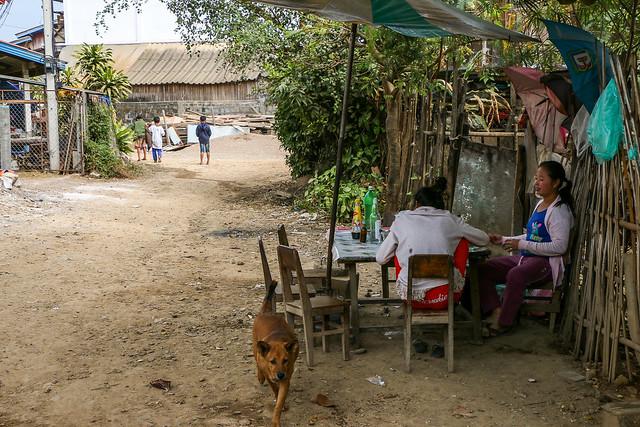 Street near Talat Phosi market, Luang Prabang, Laos ルアンパバーン、タラート・ポーシー市場近くの路地