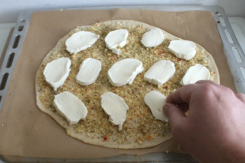 28 - Mozzarella auf Pizza legen / Put mozzarella on pizza