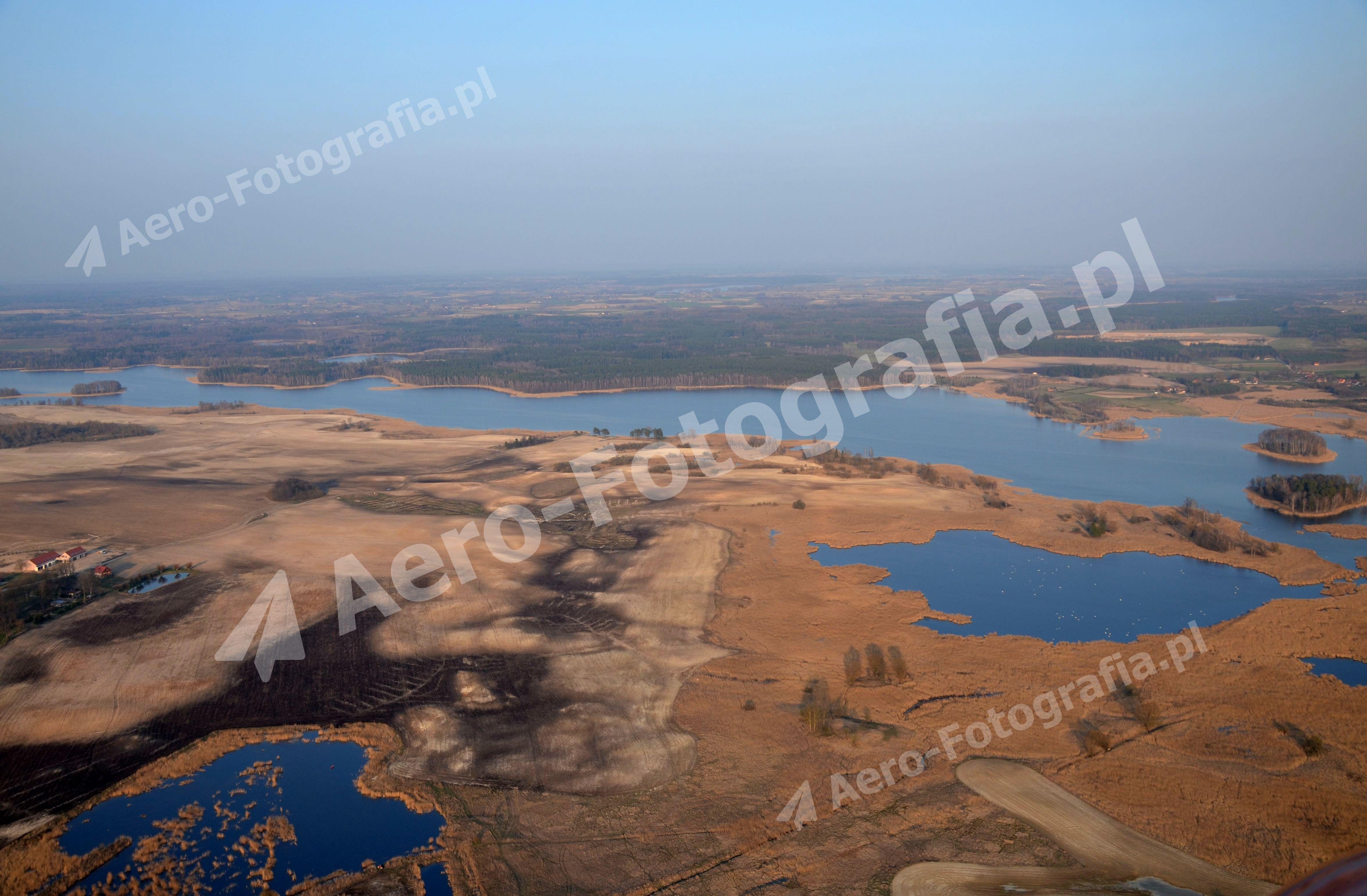 Jezioro Kruklin we wczesno wiosennej scenerii.