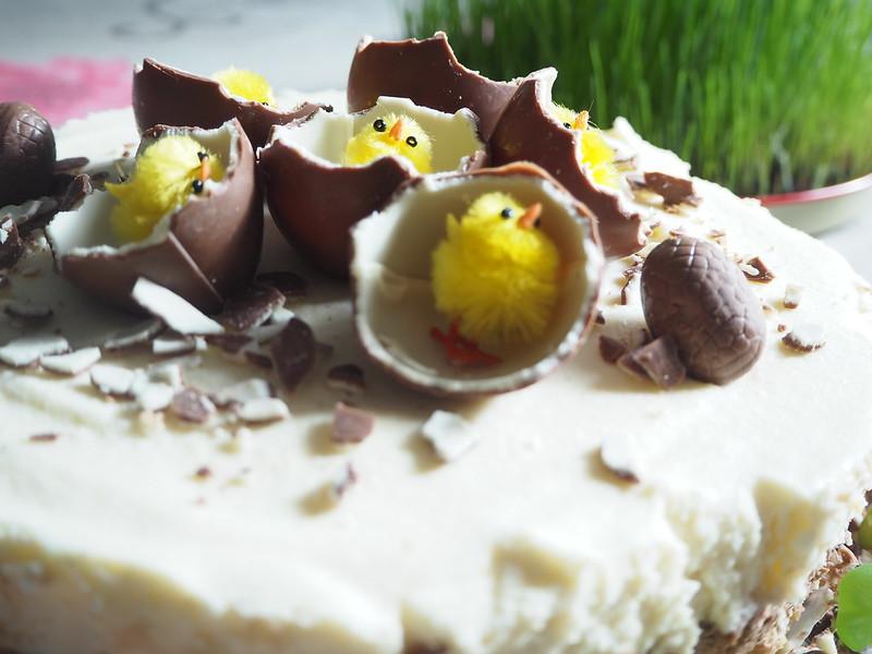 kinderjuustokakku14, kinder kakku, kinder cake, kinderjuustokakku, kinder cheese cake, recipe, resepti, miten tehdä, koristeet, tiput, chicks, decoration, baking the cake, dessert, jälkiruoka, ruoka, food, easter, pääsiäinen, ohje, kinder, suklaa, valkosuklaa, maitosuklaa, white chocolate, milk chocolate, cake, kakku, kakkauohje, cake recipe,