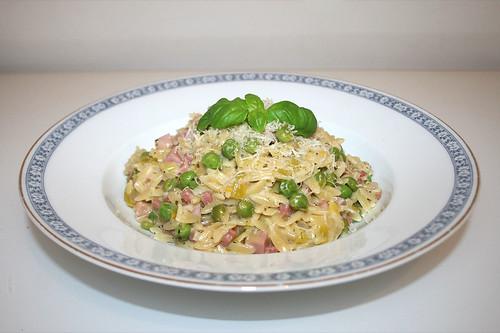 39 - Pastasotto with ham, leek & peas - Side view / Pastasotto mit Schinken, Lauch & Erbsenn - Seitenansicht